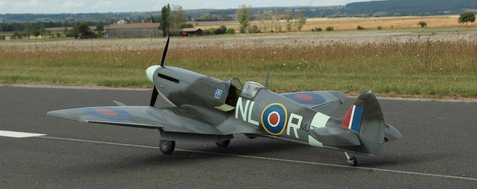 Spitfire MK IX on the ground waiting his pilot - Jets RC - Aviation Design