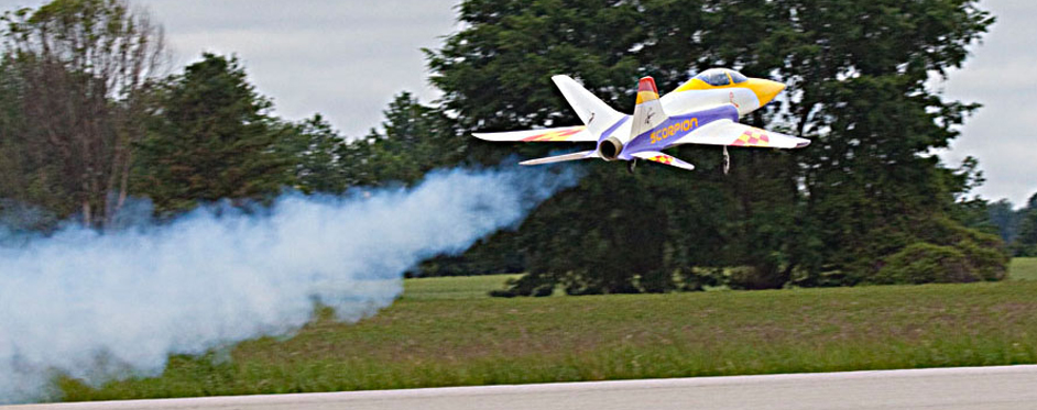 Superscorpion au décollage avec fumée - Jets RC - Aviation Design